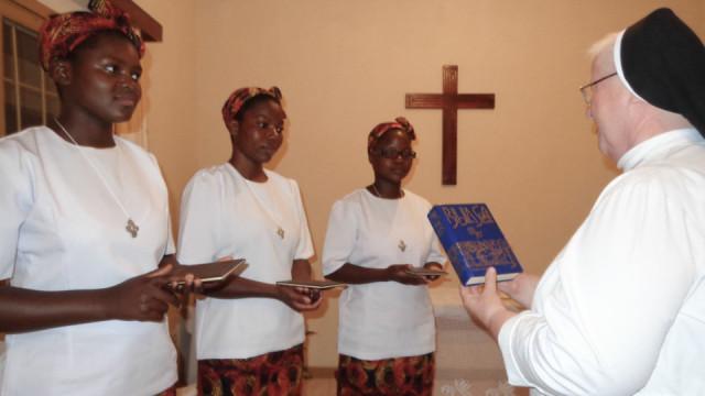 Die Schwestern Marta, Fanisa und Vanessa haben sich in einer Studienwoche mit dem Ordensleben in ihrer eigenen Kultur auseinandergesetzt. Dieses Fotos zeigt sie bei der Vorbereitung auf die Aufnahme mit Sr. Aloisia Höing. Foto: SMMP