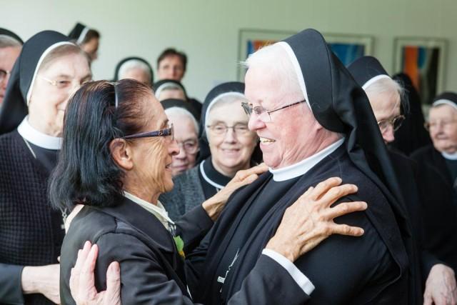Schwester Aloisia Höing gratuliert Schwester Maria Lourenço aus Brasilien zum 50-jährigen Ordensjubiläum. (Foto: SMMP/Beer)