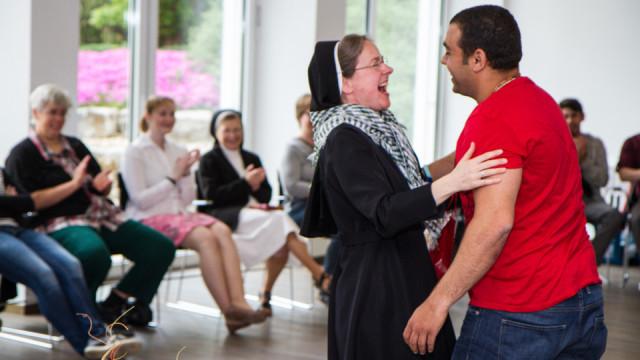 Der Ägypter Kirollos Jacoub schenkte Schwester Maria Elisabeth Goldmann in der Abschlussrunde ein koptisches Tuch. Foto: SMMP/Bock