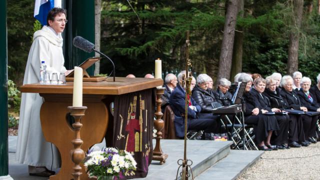 Schwester Dorothea Brylak hält die Predigt in dem Gedenkgottesdienst zum Ende des Zweiten Weltkrieges vor 70 Jahren auf dem Ehrenfeld in Loenen. Foto: SMMP/Bock