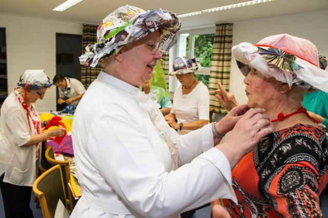 Schwester Maria Ignatia hat sich ebenfalls eine neue Kopfbedeckung gebastelt - allerdings nur für den privaten Gebrauch. Foto: SMMP/Bock