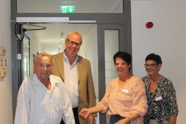 Bestwigs Bürgermeister Ralf Péus kam ebenfalls zum Tag der offenen Tür in die neue Senioren-WG. Foto: SMMP