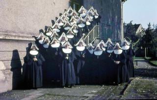 Der Schwesternkonvent des Gertrudis-Hospitals mit weiteren Schwestern der Ordensgemeinschaft vor dem Krankenhausaltbau. Dieses Foto muss etwa 1960 entstanden sein. Foto: SMMP
