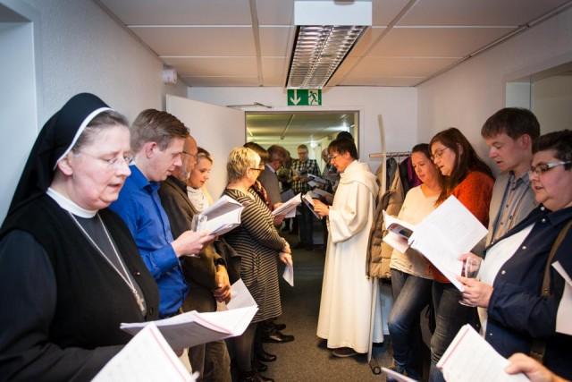 Menschliche Nähe: Zur Einsegnung der neuen Büros der Personalverwaltung waren sogar Kollegen aus Rheinland-Pfalz angereist. (Foto: SMMP/Beer)