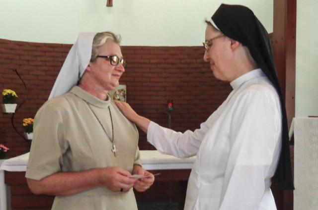 Generaloberin Sr. Maria Thoma Dikow (r.) gratuliert Sr. Aurora Tenfen zu ihrer Wahl und segnet sie für die kommenden Aufgaben. Foto. SMMP