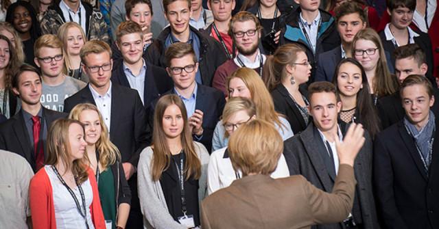 Bundeskanzlerin Angela Merkel freut sich über das Interesse der Schüler an der jüngeren deutschen Geschichte. Auch die Politikschüler aus dem aus der E-Phase der Engelsburg waren mit dabei. Foto: Bundeskanzleramt
