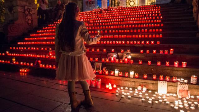 Weltweit gedenken Christen mit Kerzen der Toten, besonders auch der Opfer von Kriegen, Terror und Gewalt. Zugleich setzen sie damit ein Zeichen der Hoffnung – so wie hier vor einer Kirche in Bukarest. Foto: Achim Pohl