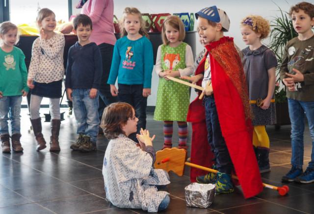 Mit großer Begeisterung führten die Kinder aus dem Heiligenstädter Bergkindergarten das Martinsspiel in den anliegenden Schulen und im Bergkloster auf. Foto: Bergkindergarten/SMMP