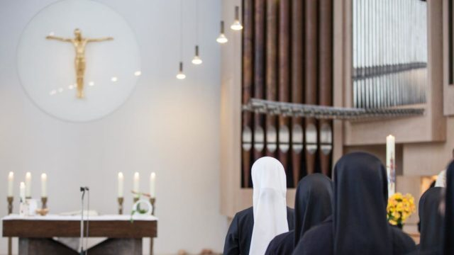 Schwester Franziska Lennartz legte heute im Bergkloster Bestwig ihre erste zeitliche Profess ab. (Foto: SMMP/Beer)