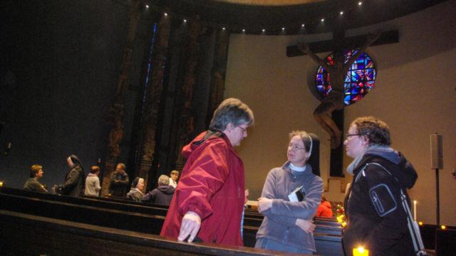 Aufmerksame Besucher und intensive Gespräche erlebten die Schwestern der heiligen Maria Magdalena Postel am Freitagabend auf der von ihnen veranstalteten Bibelerzählnacht beim Katholikentag in Leipzig.