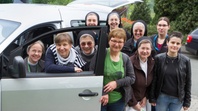 Abfahrt nach Leipzig: Mehrere Schwestern der heiligen Maria Magdalena Postel und im Bergkloster Bestwig ausgebildete Bilbelerzählerinnen sind beim Katholikentag im Einsatz. Foto: SMMP/Bock