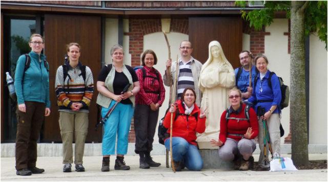 Vom Carmel von Lisieux aus brechen die neun Pilgerinnen und Pilger zur letzten Etappe auf nach Saint-Sauveur-le-Vicomte. Foto: SMMP