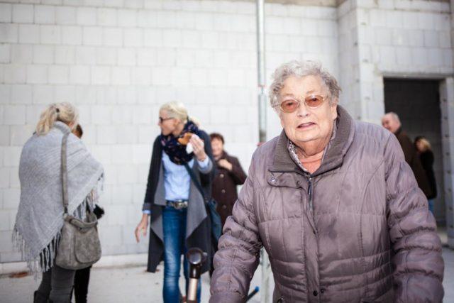 Irmgard Behrenskötter besichtigt schon mal ihr Zimmer im Rohbau der neuen Senioren-WG in Oelde-Sünninghausen. (Foto: Beer/SMMP)