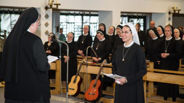 Schwester Johanna Guthoff nimmt Jasmin Beule als Schwester Judith in das Noviziat der Ordensgemeinschaft auf. Foto: SMMP/Bock