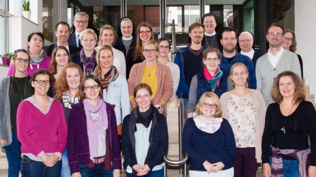 20 Lehrerinnen und Lehrer, die in diesem Jahr bei den SMMP Schulen angefangen haben, trafen sich zu einem zweitägigen Erfahrungs- und Erwartungsaustausch im Bergkloster Bestwig. (Foto: SMMP/Beer)