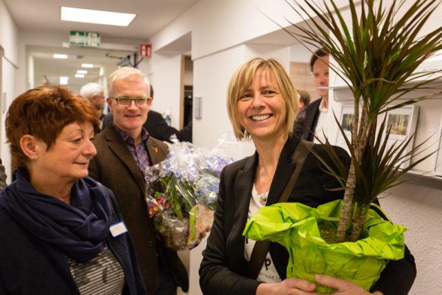 Die Kolleginnen und Kollegen von den anderen Einrichtungen der Seniorenhilfe SMMP brachten außer Blumen auch alle guten Wünsche mit. (Foto: Beer/SMMP)