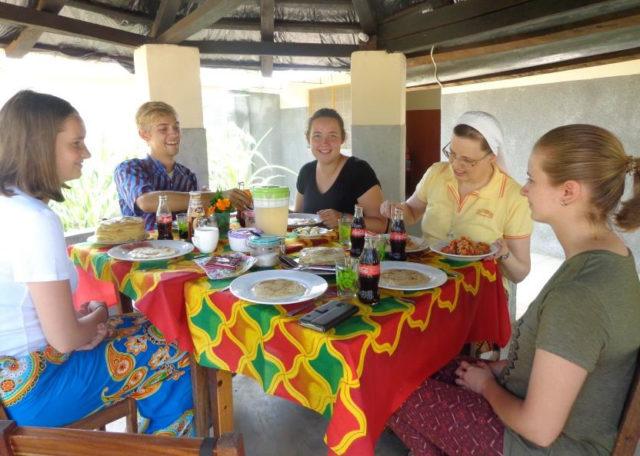 Mittagessen mit den Missionaren auf Zeit. (Foto: Lehmeier/SMMP)