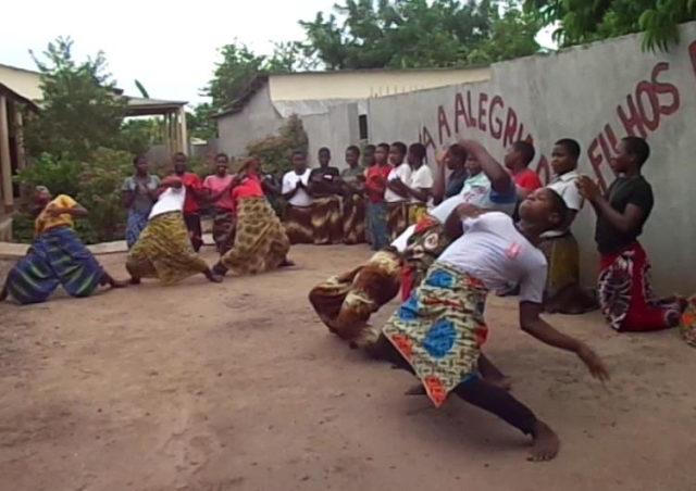 Vocacionadas und Aspirantinnen tanzen im Hof vor der Casa Marta. (Foto: Lehmeier/SMMP)