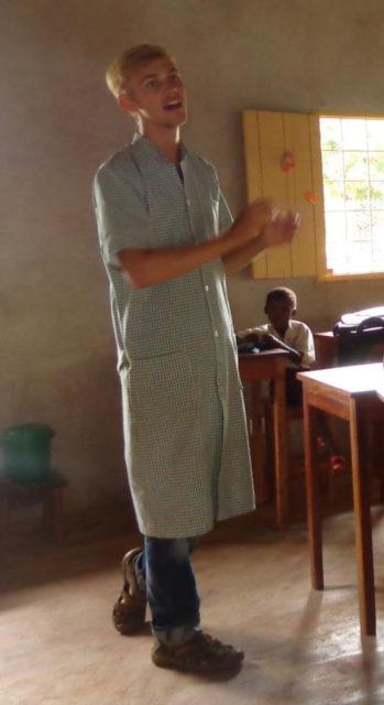 Missionar-auf-Zeit Robert beim Englischunterricht. (Foto: Lehmeier/SMMP)