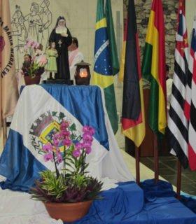 Der Altarraum und die ganze Kirche waren feierlich getaltet, die Ordensgründerin allgegenwärtig. Foto: Sr. Klara Maria Breuer