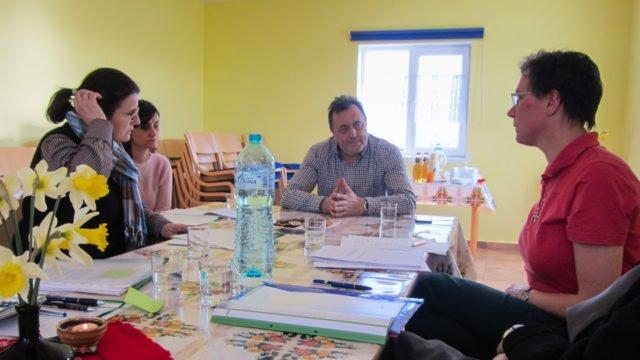 Sr. Dorothea (rechts) und Juliana Ciceu (links) im Gespräch mit Bürgermeister Manea (vorn). (Foto: SMMP/Meilwes)