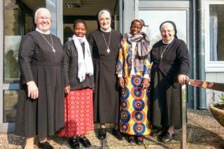 Ester und Luísa mit Sr. Aloisia, Sr. Irmgardis und Sr. Maria Dolores im Bergkloster Bestwig. (Foto: SMMP/Müller)