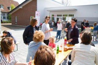 Das richtige Wetter für ein Würstchen und kühle Getränke vor dem Eingang der neuen Senioren-WG. Foto: SMMP/Bock