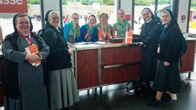 Zufällige Begegnung beim Kirchentag in Berlin: Die Schwestern treffen Petra Sadura und ihre drei Töchter Lea, Eva und Rut. Foto: privat
