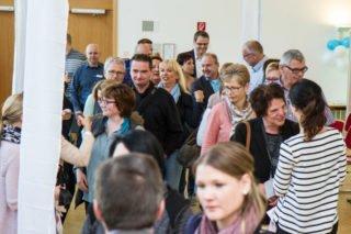 """""""Du bist dabei"""" steht auf den Karten, die die Steuerungsgruppe allen Teilnehmerinnen und Teilnehmern des Programms """"Binden. Bilden. Bewegen."""" zur Begrüßung um den Hals hängt. Foto: SMMP/Bock"""