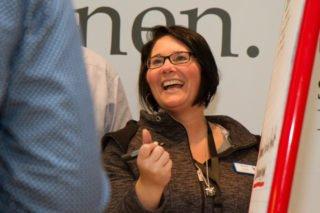 Darina Oertel, stellvertretende Leiterin der Martinus Ambulanten Dienste in Herten-Westerholt, hat sichtlich Freude bei der Sammlung der vielen Ideen. Foto: SMMP/Bock