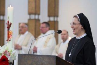 Generaloberin Schwester Maria Thoma Dikow bittet die Jubilarinnen, ihre Gelübde zu erneuern. Foto: SMMP/Bock