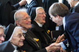 Missionsprokuratorin Sr. Klara Maria Breuer gratuliert Sr. Maria Virgina Schütze, die lange Schulleiterin des Walburgisgymnasiums in Menden war und jetzt in Geseke lebt. Foto: SMMP/Bock