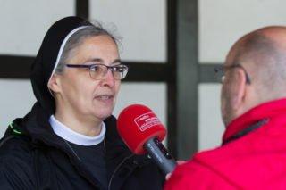 Schwester Laetitia erklärt einige der spirituellen Impulse, die überwiegend von den Ordensleuten selbst geschrieben wurden. Foto: SMMP/Bock