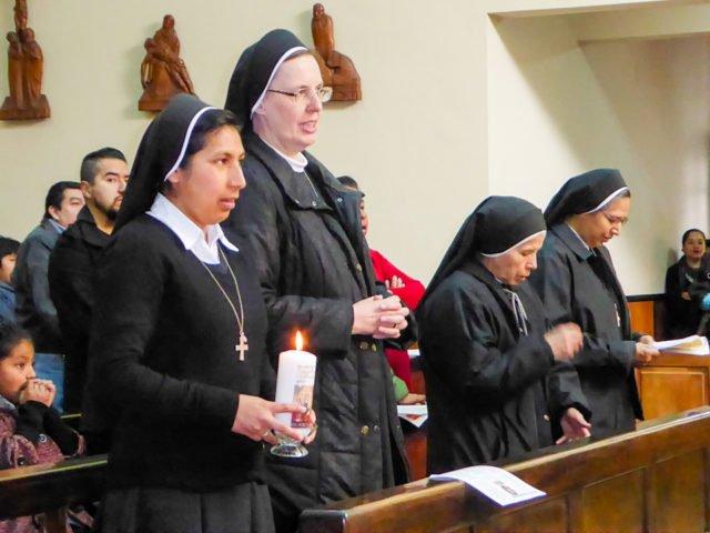 Sr. Soledad, Sr. M. Thoma und die beiden Zeuginnen, die wie Trauzeugen bei der Gelübdeablegung dabei sind. (Foto: SMMP/Lehmeier)