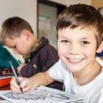Ein Schüler des Engelsburg-Gymnasiums lächelt in Kassel. (Foto: Beer/SMMP)