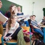 Schülerinnen und Schülder lächeln während des Unterrichts am Placida-Viel-Berufskolleg in Menden. (Foto: SMMP/Beer)