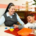 """Schwester Maria Cornelia Koch und Diego lächeln im Montessori-Kindergarten """"Kinderhaus Santa Maria Magdalena Postel"""", Cochabamba, Departamento Cochabamba, Bolivien; Foto: Florian Kopp/SMMP"""