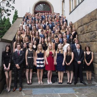 Groß war die Freude auch bei den Abiturienten am Walburgisgymnasium in Menden. Foto: SMMP/Christoph Scholz