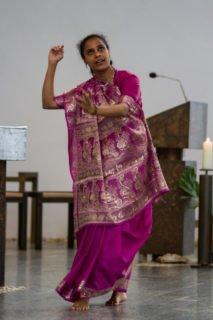 Schwester Mary Helen aus Indien tanzte am Sonntagmorgen zum Abschluss des Gottesdienstes in der Dreifaltifgkeitskirche vor dem Altar. Foto: SMMP/Bock