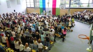 Die Abgänger der Berufsbildenden Bergschule St. Elisabeth in Heiligenstadt feierten ihre Abschlüsse gemeinsam in der Sporthalle. Foto: SMMP