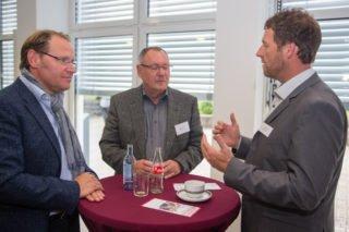 Frank Pfeffer diskutiert mit Führungskräfte-Trainer Klaus Dieter Otte und Projektmanager Ansgar Schöllgen (v.r.). Foto: SMMP/Ulrich Bock