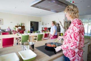 WG-Leben auf dem Dorf: Das Essen entsteht in der Wohnküche, der Strom für den Herd kommt vom Dach. (Foto: SMMP/Beer)
