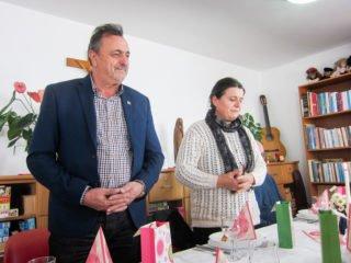Bürgermeister Valentin Manea und die Leiterin des Sozialen Zentrum Juliana Ciceu danken den Gästen aus Deutschland.