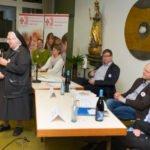 Schwester Maria Dolores Bilo lädt zum Abend der Begegnung ein. Foto: SMMP/Ulrich Bock