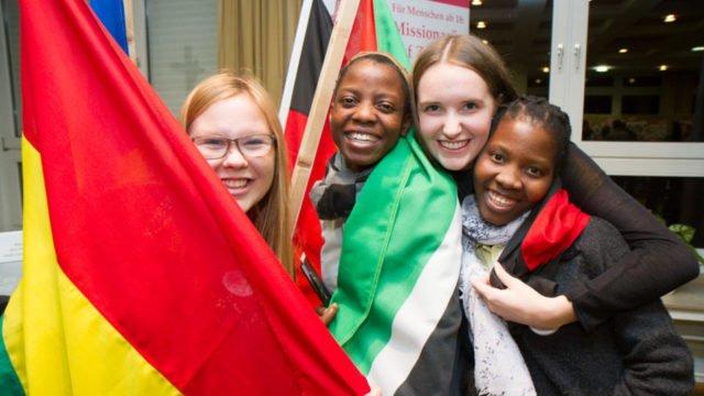 Freuen sich über die Begegnung: Die ehemaligen deutschen MaZ Lea und Luisa sowie die beiden mosambikanischen Incomer Luisa und Esther. Foto: SMMP/Ulrich Bock