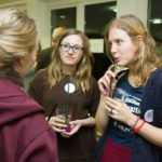 Die Begegnungen und Gespräche im Haus der Begegnung am Freitagabend dauerten noch bis ttief in die Nacht. Foto: SMMP/Ulrich Bock