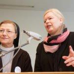 Schwester Theresia Lehmeier und Birgit Bagaric berichten am Samstagmorgen über die Anfänge der MaZ-Arbeit. Foto: SMMP/Ulrich Bock