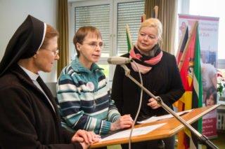 Schwester Theresia Lehmeier, Schwester Klara Maria Breuer und Birgit Bagaric (v.l.) berichten über die Anfänge der MaZ-Arbeit. Foto: SMMP/Ulrich Bock