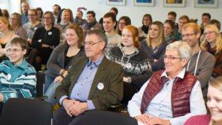 Interessiert hören die 90 ehemaligen MaZ, Senior-Volunteers, Incoomer, Schwestern und Mitarbeiter zu. Foto: SMMP/Ulrich Bock