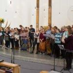 """Zum Beginn des Gottesdienstes singt der Chor """"No Stranger"""". Foto: SMMP/Ulrich Bock"""